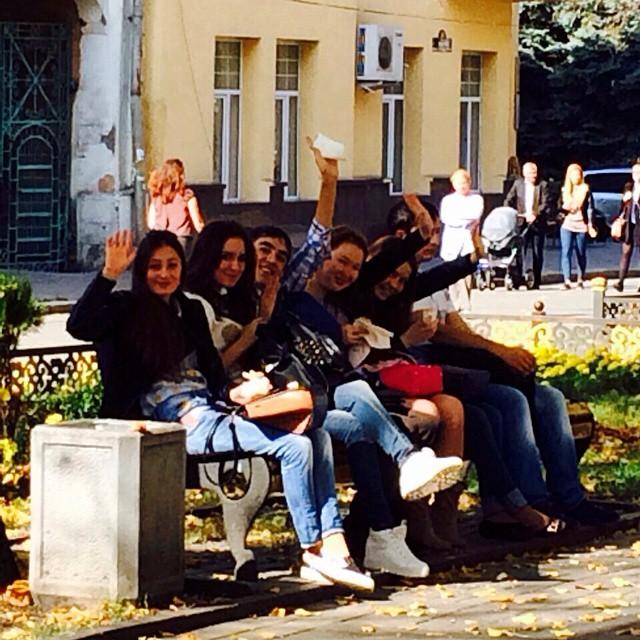 В последние солнечные дни студенты выбирают проспект, составляя конкуренцию завсегдатаям лавочек на аллее  #осень #graduspro #Осетия