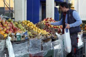 Un uomo fa la spesa in un mercato di Roma. REUTERS/Giampiero Sposito