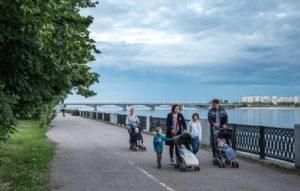 VORONEZH, RUSSIA - JUNE 16, 2017: Local residents walk by the Voronezh River. Sergei Bobylev/TASS Ðîññèÿ. Âîðîíåæ. 18 èþíÿ 2017. Íà ãîðîäñêîé íàáåðåæíîé ðåêè Âîðîíåæ. Ñåðãåé Áîáûëåâ/ÒÀÑÑ